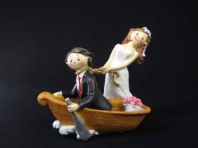 Jolie figurine humoristique d'un couple avec une barque, de