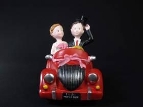 Figurine pour mariage - Couple en voiture 18x15cm