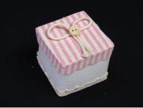 Contenant à dragées lin carré à rayures – rose pastel 5cm