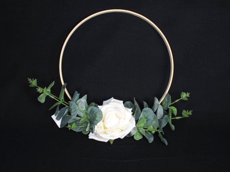 Anneau en bois avec rose ivoire – Ø22,5cm